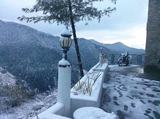 Tethys Ski Resort Narkanda: Resort Porch during Snowfall