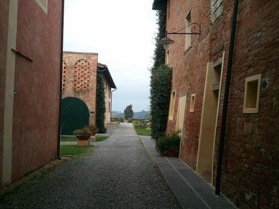 Borgo Di Colleoli Resort Tuscany: Vialetto stanze