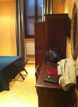 Hotel Caracciolo: ingresso camera, armadio