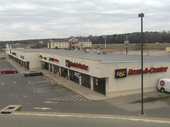 Comfort Inn Malvern : View outside the window of the hallway on 2nd floor. (Shopping center with Larry's Pizza)