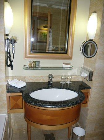 Mövenpick Hotel Doha: Bathroom of junior suite
