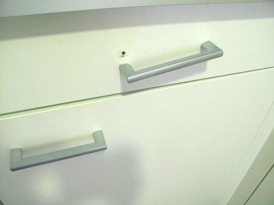 Aparthotel Jardines de Aristi: The cupboard handle was broken
