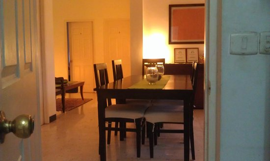 Footprint Bed & Breakfast: Evening lights- dining & sitting area