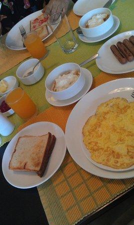 Footprint Bed & Breakfast: Morning breakfast