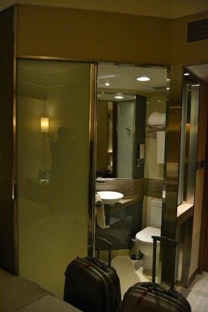 Rosedale Hotel Kowloon: Liten badrum