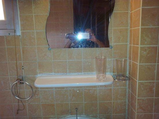 Seaview Gardens Hotel : Bathroom. Plastic drinking glasses