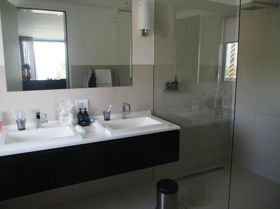 Clouds Wine & Guest Estate: bathroom honeymoon suite