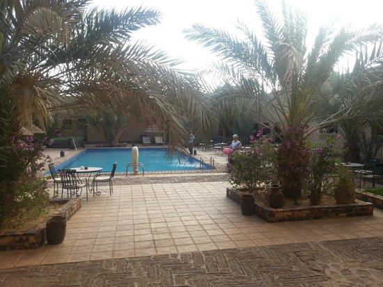 Kasbah Tizimi: La piscine Au fond à droite le Bar...
