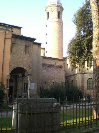 Museo Nazionale di Ravenna: vista da ext museo con tombe