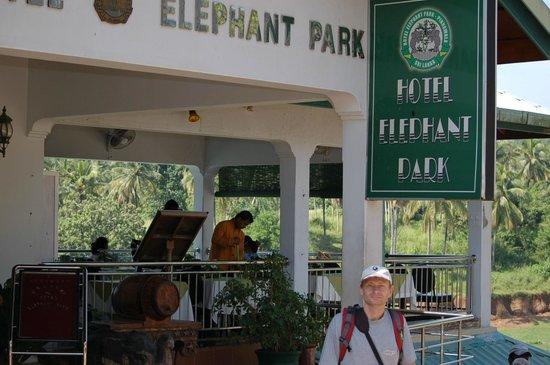 Hotel Elephant Park: вход в отель