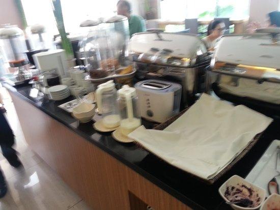 Avissa Suites: Breakfast Buffet -  - Continental Sec. - Bread Under White Cloth