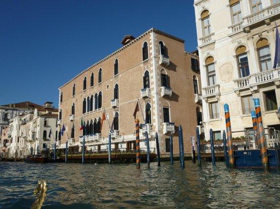 The Gritti Palace, A Luxury Collection Hotel : Vue de l'hôtel depuis la gondole.