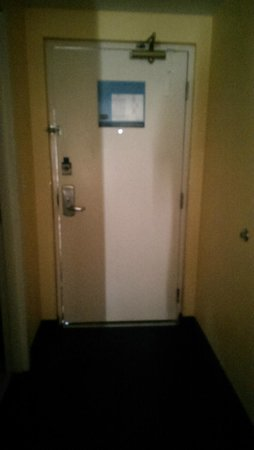 Hampton Inn Cocoa Beach/Cape Canaveral : closed door, can see light from outside, room 302