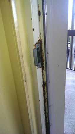 Hampton Inn Cocoa Beach/Cape Canaveral: rust door frame, room 302