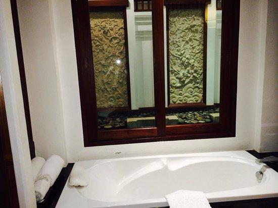 Ratilanna Riverside Spa Resort Chiang Mai: Badewanne mit Wasserfall