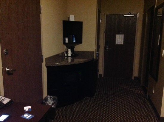 Comfort Suites Kelowna: Room 205 coffee/microwave/fridge area