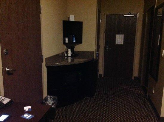 Comfort Suites Kelowna: Room 205 coffee/microwave/fridge area