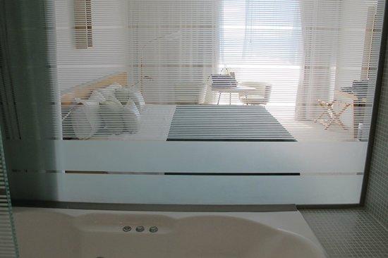 Design Suites Calafate: Vista do quarto, pelo banheiro