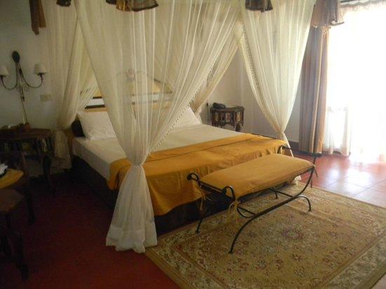 Karafuu Beach Resort and Spa: il letto a baldacchino molto comodo!!!