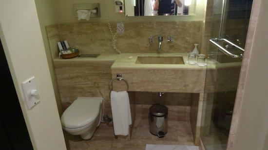 Moevenpick Resort Sharm El Sheikh: Modern bathroom