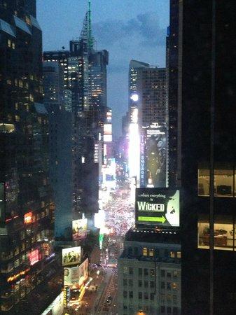 Novotel New York Times Square: Vue de la chambre de Nuit..