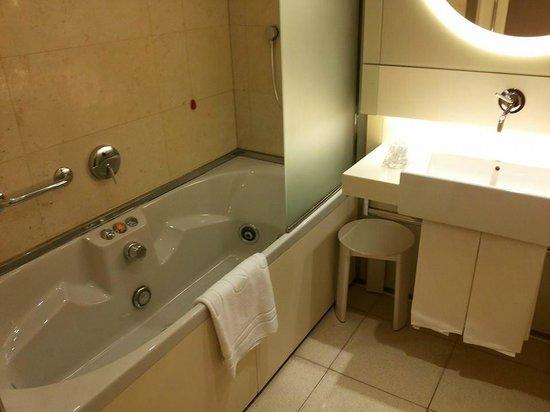 Bagno con vasca idromassaggio - Picture of UNA Hotel Bologna ...