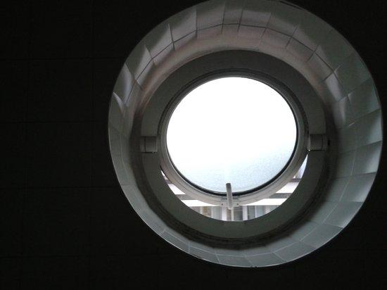 Ostello della Gioventu' Giovane Europa: finestra del bagno