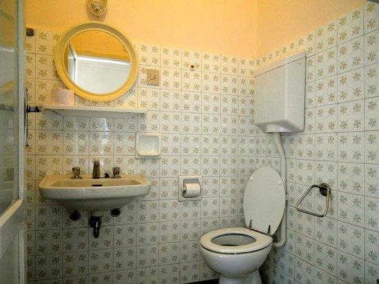 Istituto Emiliani: Bagno camera tre letti