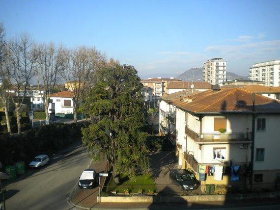 Hotel Castagna Palace: Vista del castello di Montecchio dalla nostra camera al quarto piano