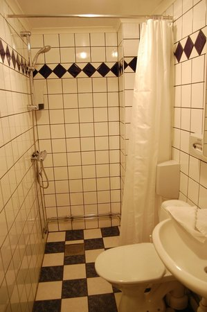 Ibis Styles Stockholm Odenplan: Room 105 shower room