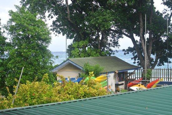 Augerine Guest House : vue de la chambre sur l'hotel mitoyen
