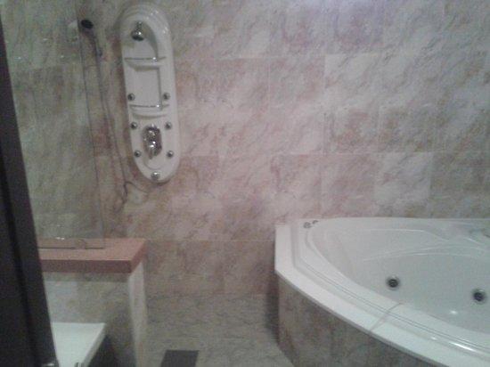 Hotel Amour & Symphony: Bathroom