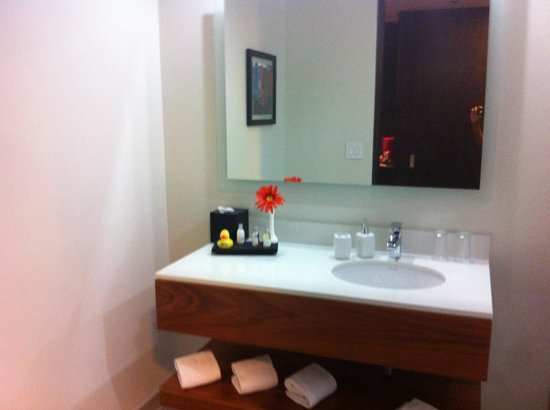 Park Inn by Radisson San Jose : Modern bathroom (with rain shower!)