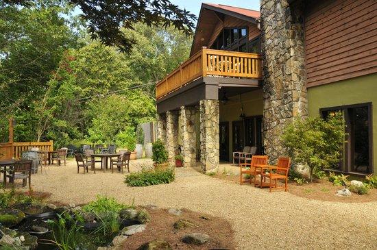 Sylvan Valley Lodge: Terrace Garden Below/Deck from Common Room Above