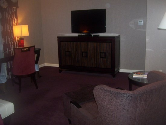 InterContinental Montreal : tv and comfie chair