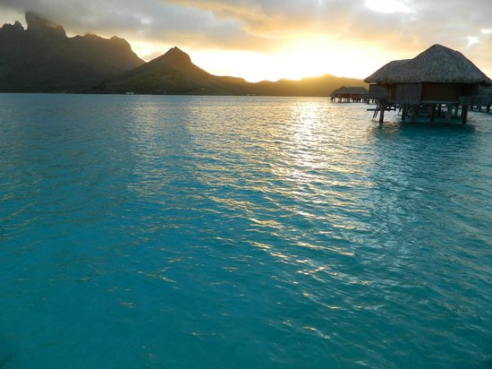 Four Seasons Resort Bora-Bora : Sunset Views from the docks to our room