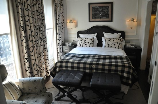 Hotel Keppler: Deluxe Suite bedroom across the receiving area and foyer