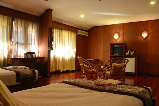 Bagan Hotel River View : a very spacious standard room...