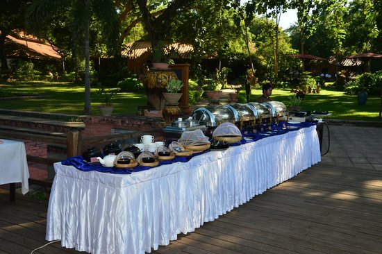 Bagan Hotel River View : the breakfast buffet on the river-view deck...