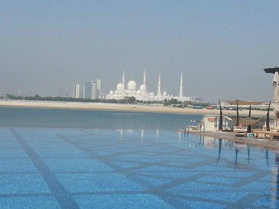 Shangri-La Hotel, Qaryat Al Beri, Abu Dhabi: Pool bar with a view