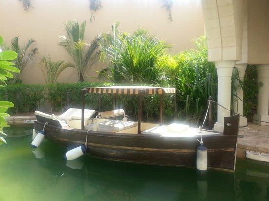 Shangri-La Hotel, Qaryat Al Beri, Abu Dhabi: Abra service