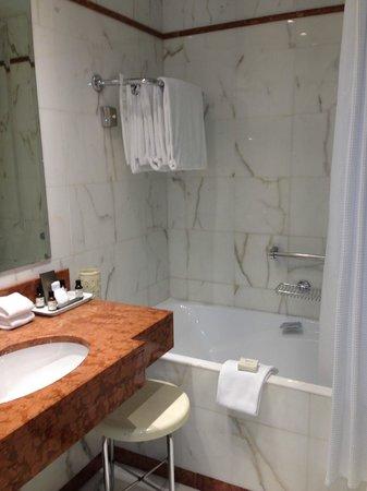 Fairmont Monte Carlo: bagno piccolo, con tendina e sgabello ingiallito