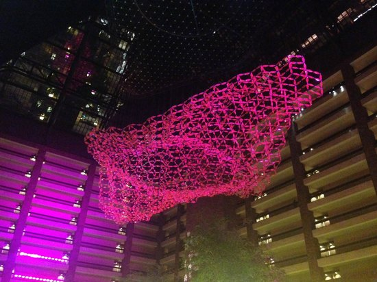 Hilton Anatole: Neat moving sculpture in the Atrium lobby