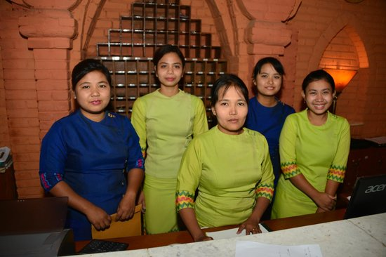 Bagan Hotel River View : front desk staff...most are smiling!!!