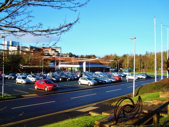 Premier Inn Telford Central Hotel: Telford Railway Station from the front of the Premier Inn