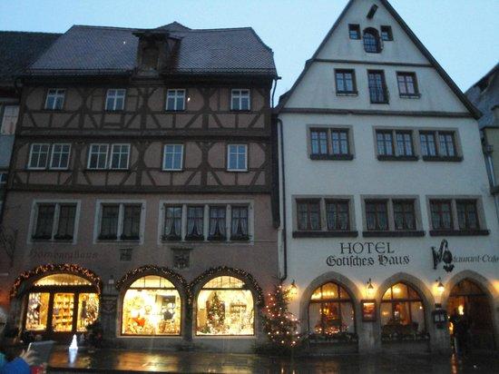 Hotel Gotisches Haus: Veduta esterna serale