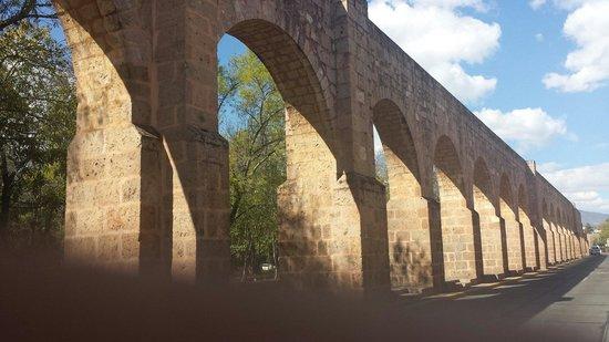 The Aqueduct: luz y sombra sobre cantera