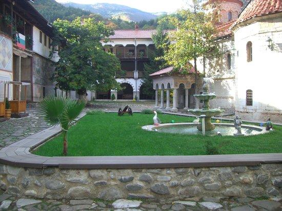 Bachkovo Monastery: Внутренний дворик монастыря