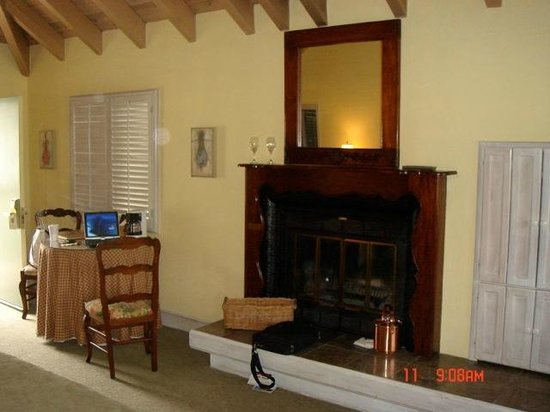 Vintage Inn: The room and fireplace