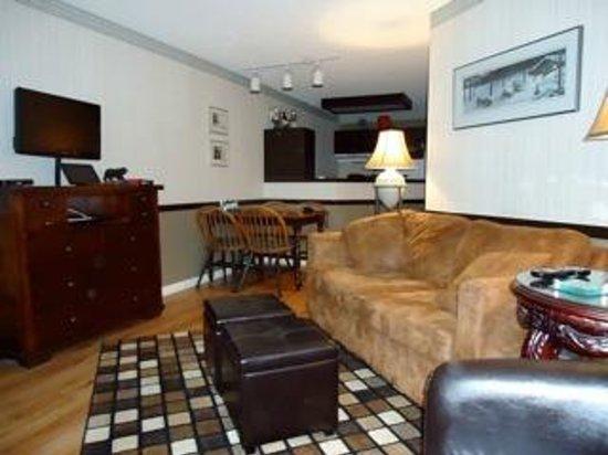 Marketplace Lodge: Livingroom to Kitchen